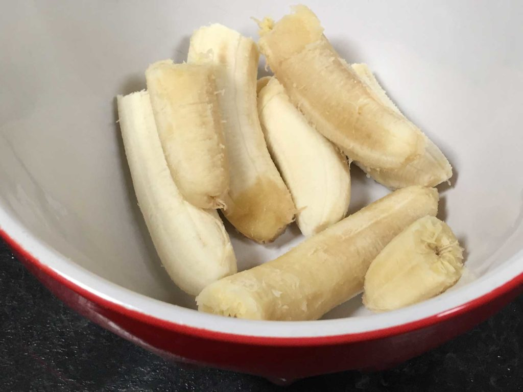 Peeled bananas in a bowl
